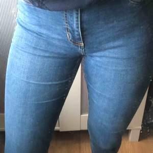 Ett par jättestretchiga jeans som passar S,M. Sitter fint över hela benen och rumpan😍Jag har väldigt långa ben men dessa jeansen är absolut inte förkorta och går till och med att vika upp utan att bli🥰 +frakt