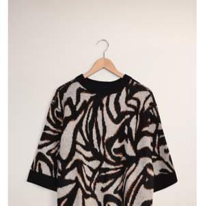 Mönstrad ullstickad tröja från Saint Tropez med utsvängda trekvartsärmar. Köpt på MQ. Oanvänd. Pris lapp kvar.  Strl S. Pris 250kr