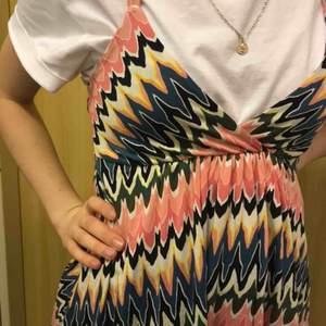 Cool och sommrig klänning i ett psykadeliskt mönster. 🌷💘 Jätteskön och såååå söt i ryggen!!!