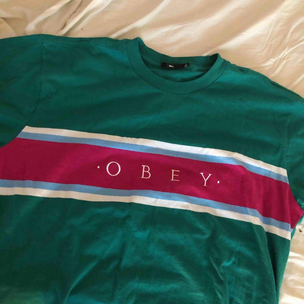 GRATIS FRAKT  cool tisha från märket OBEY, riktigt cool men har aldrig kommit till användning tyvärr:( tröjan är L och jag har egentligen S så jag änvänder den som oversized . T-shirts.