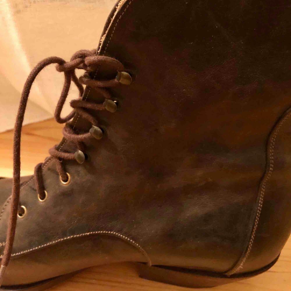 Handgjorda läderskor från Sko Uno, Pippi Långstrump style, passar lika bra höst som vår till ett par jeans eller en klänning. Använda två gånger. Storlek 39. 100% läder. Frakt tillkommer. . Skor.