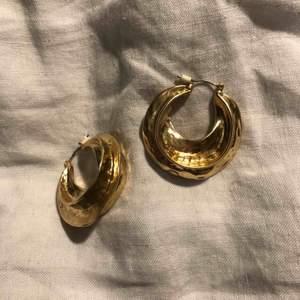 Helt oanvända örhängen från H&M, köpta för 99:- Frakt inkluderad.