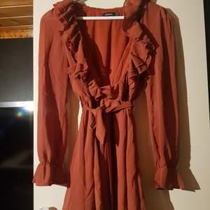 Bohoo klänning med låg urringning. Använd en gång. Strl 38.Köpare står för frakt