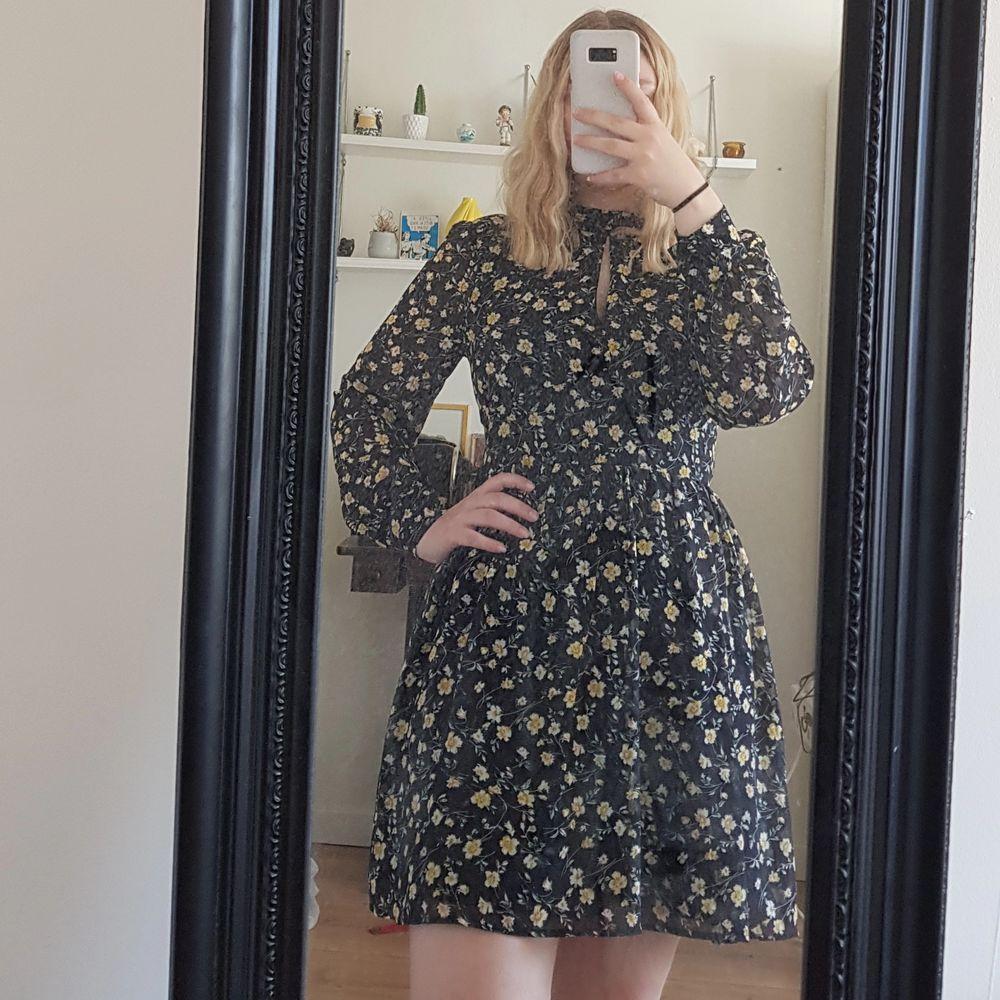 Jättesöt helt ny klänning från Bikbok, prislapp är kvar. Skriv för mer bilder. Säljer för 200 + frakt på 66kr, kör med postnord spårbar då jag tycker det är säkrast💕 . Klänningar.