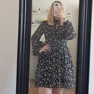 Jättesöt helt ny klänning från Bikbok, prislapp är kvar. Skriv för mer bilder. Säljer för 200 + frakt på 66kr, kör med postnord spårbar då jag tycker det är säkrast💕