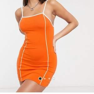 Jättesnygg orange klänning från asos! Helt ny, oanvänd. Säljer för jag inte fått användning för den då den inte riktigt satt som jag ville. Första bilden är från hemsidan, andra är min egna. Det set ut som den är röd ut på min bild men färgen liknar mer hemsidans!! Säljer för 100kr + frakt på 63kr, kör med postnord spårbar då jag tycker det är säkrast💕