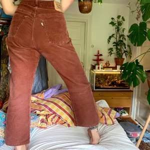 Supersnygga vintagebyxor från Levis. De är i bra skick utan hål eller fläckar. Passformen är avslappnad och bekväm, de slutar vid ankeln på mig som är ca 170cm lång. Frakt ingår i priset!