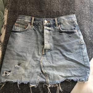 Säljer denna jeans kjol från ginatricot. Använd få gånger. Frakt tillkommer. Ord. Pris 399kr . Pris kan diskuteras . Säljer för att den är för liten