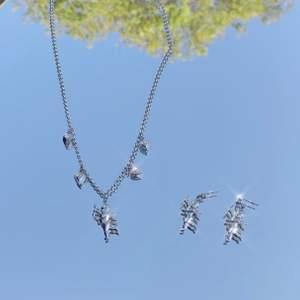 Aesthetic matchande ängel set i färgen silver 👼. Helt nya/oanvända. Finns flera st i lager. Man kan köpa enbart halsbandet/örhängen. Fri frakt ✨