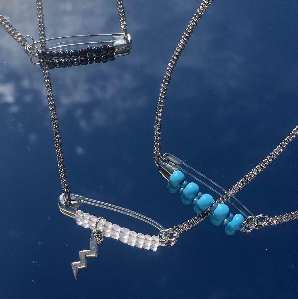 Säljer dessa halsband för bara 69kr ink frakt. Du får själv designa och bestämma om du vill ha berlock eller inte (se andra bild). Vid beställning kom dm🤗 ig: jewlsbymee!. Accessoarer.