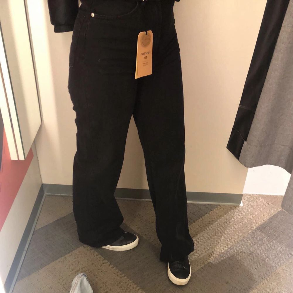 Priset kan diskuteras. STORLEK 36.Passar även en mindre 38 som jag, får precis på mig dom och går att ha men de är ganska tajta uppe. Säljer dessa vida byxor som jag verkligen älskar men har tyvärr växt ur dem precis.. Jeans & Byxor.