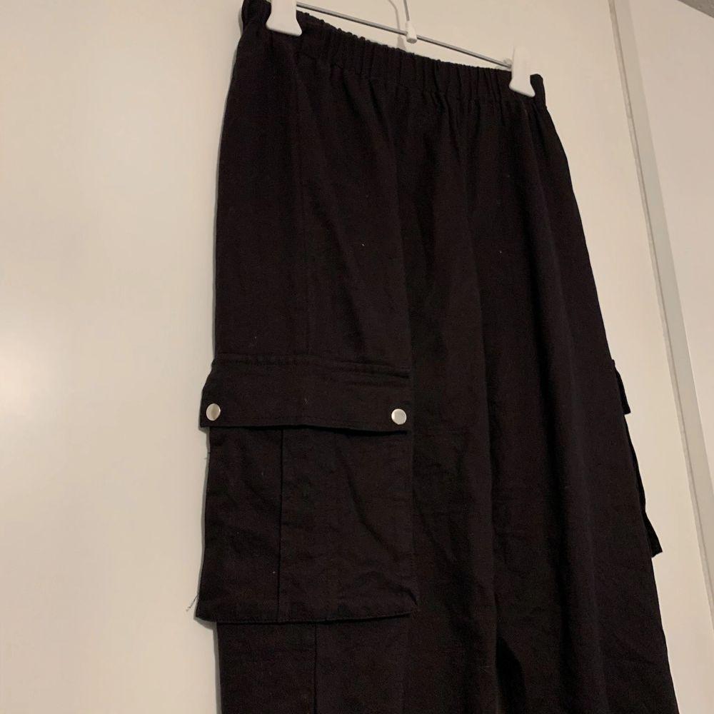 Bra skick. Det är riktiga fickor. Byxorna är svarta, de gröna är bara för att se hur de sitter. (+60 för frakt) . Jeans & Byxor.