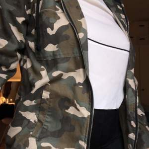 Säljer denna jacka med militärmönster, den är använd endast en gång och kommer inte komma till användning igen
