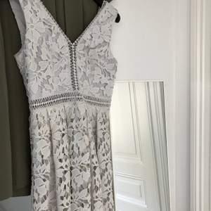 Hej,  Jag säljer en By Malina klänning som är ljusblå/grå i färgen i storlek small. Säljer den för 500kr inklusive frakt.