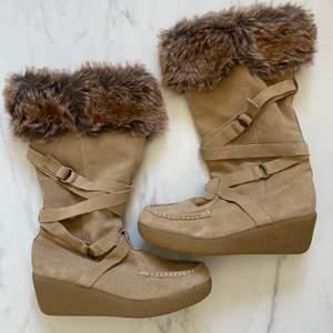 Oandvänd stovlar i äkta mocka och fuskpäls från amerikanskt sko märke REPORT USA storlek US 10/ EU 40.  Köpte I USA.