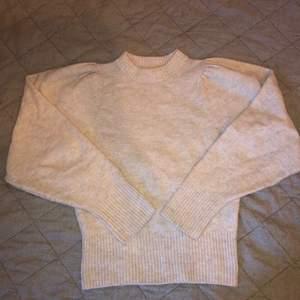 En beige stickad tröja med ouffärmar från hm. Sällan använd men lite noppig i tyget.