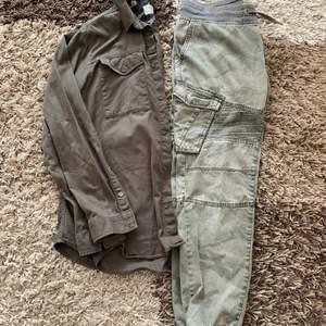 200kr för skjortan och 100kr för jeansen. Båda i stl M