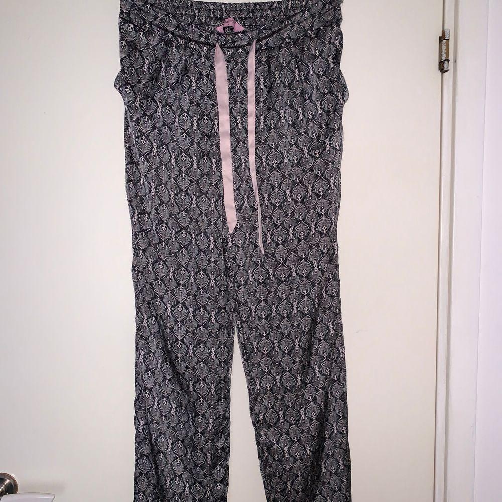 Mönstrade satin pyjamasbyxor från hunkemöller. Hämtas upp eller fraktas. Köparen står för frakt. Frakten ligger på ca 40kr. Skicka privat för bättre bild.. Jeans & Byxor.
