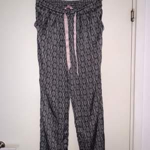 Mönstrade satin pyjamasbyxor från hunkemöller. Hämtas upp eller fraktas. Köparen står för frakt. Frakten ligger på ca 40kr. Skicka privat för bättre bild.