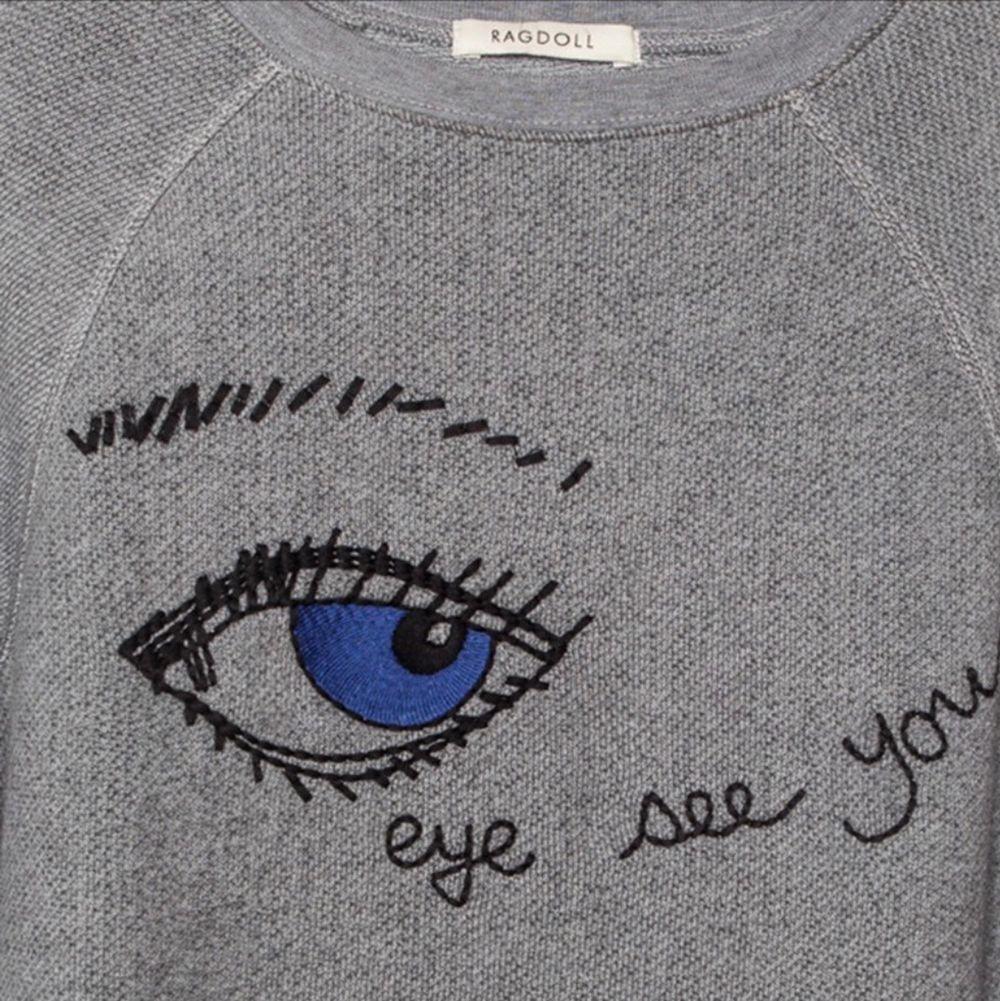 """Säljer denna superfina grå tröja från Ragdoll LA med texten """"Eye See You"""" i storlek M för mycket billigare pris. Den är väldigt mysig o passar bra i alla årstider. Väldigt snyggt o ha med ett par jeans eller kjol. Originalpris: 1749 kr . Tröjor & Koftor."""