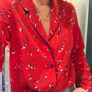 Jättefin klarröd skjorta med block vitt mönster.