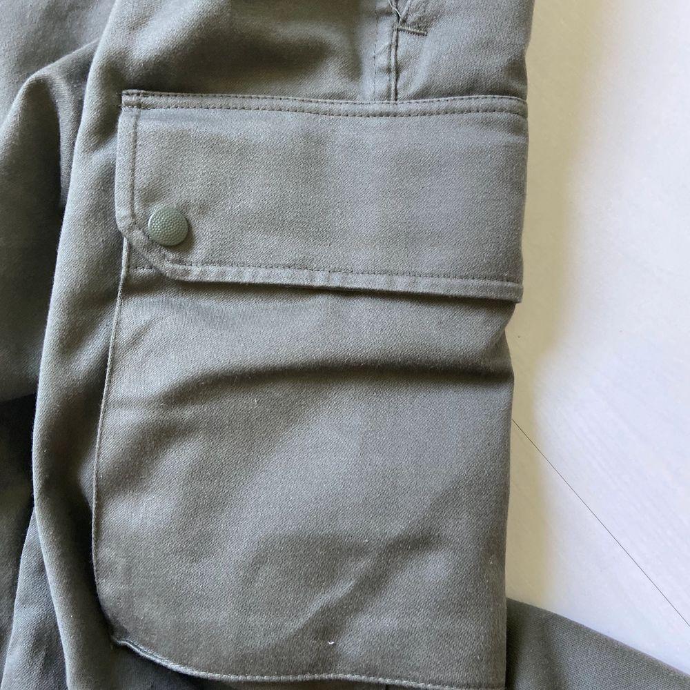 Köpte dessa cargo byxor i london o använde dem en gång säljer del för samma pris som jag köpte dem för. Dem är super goa o materielet är jätte mysigt.  Det finns två fickor på var sida av låren, som är stora o praktiska. Köparen står för  frakt (50kr). Jeans & Byxor.