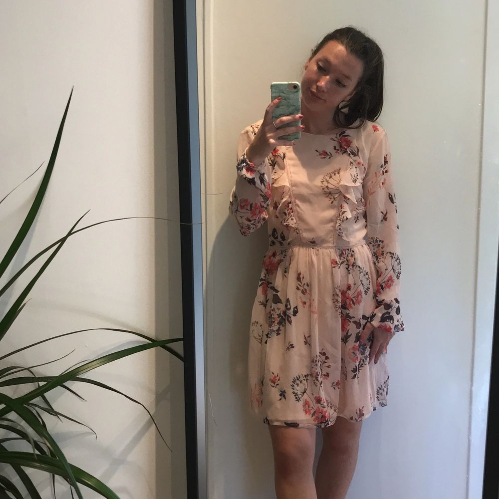 Vacker klänning i fint material från Nelly. Endast använd 1 gång. 130 kr + frakt. 📦. Klänningar.