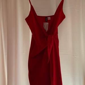 Oanvänd röd omlottklänning från HM! Originalpris 149kr! Frakten ligger på 49kr och betalas av köparen ✨