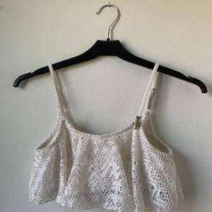 En vit bikinitopp i str 146/152 från H&M, skulle säga att den passar en XS. Banden går att dra ut. Köpare står för frakt.