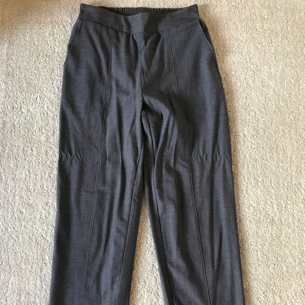 Kostymbyxor från Åhléns som är supersnygga men kommer tyvärr inte till användning😌 använt dom max 3ggr . Jeans & Byxor.