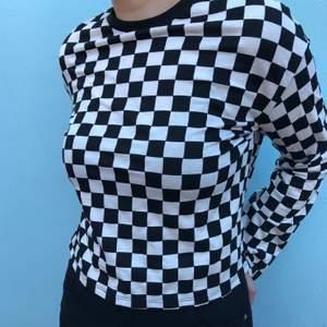 Cool rutig tröja från H&M. Använt en del och har lite missfärgningar i armhålorna (knappt märkbara) annars i bra skick. Skickar gärna bilder vid intresse. Kan mötas i Halmstad med omnejd annars tillkommer frakt. Hör av er vid frågor!