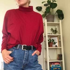 Ascool röd polo köpt på humana! Blir verkligen en look till ett par jeans eller vad som helst. Storlek XL men passar en small om man gillar oversizelooken! 🥰