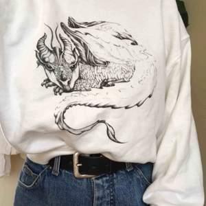 Helt oanvänd tröja från weekday! Gulligt drakmotiv och lite croppad fit. Sjuukt snygg och vill inte sälja egentligen men har tyvärr inte kommit till användning.