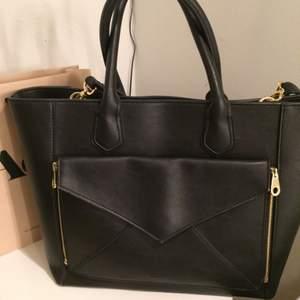 Elegant 2 in 1 handväska från märket Don Donna. En handväska och en kuvertväska. Många fack. Köpt för 999 säljer nu för 450, priset inkluderar frakt.Hör av er om ni är intresserade;)