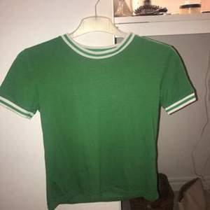 jättesnygg t-shirt från bik bok i superbra skick. Tar swish och köparen står för frakten✨