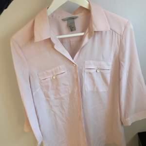 Ljusrosa skjorta/blus i tunt material, sparsamt använd. Betalning sker via swish och köparen står för eventuell frakt🌸
