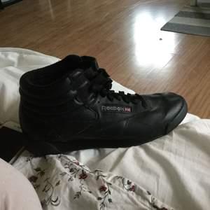 Nya Reebok skor använda jätte lite. Nyköpta för 599kr