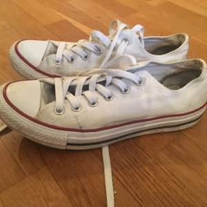 Hej  Säljer ett par vita converse i storlek 6- passa på!