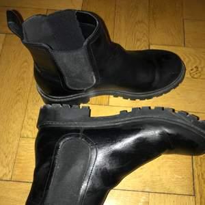 Svarta boots från Monki. Sparsamt använda