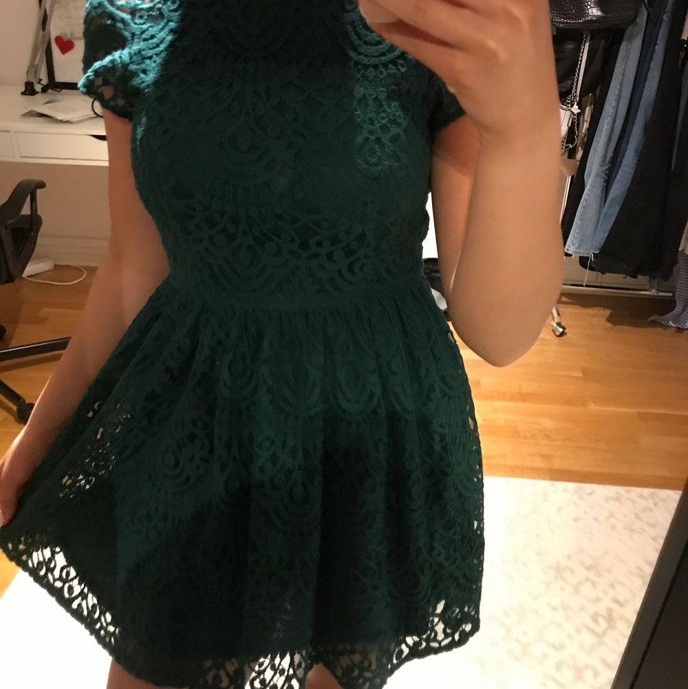 Jätte fin grön klänning från Kappahl. Sitter väldigt bra på och har även ett jätte fint material.. Klänningar.