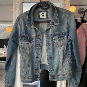 En jätte snygg jeansjacka med nitar i kragen. Den är från Cubus. Typ aldrig använd Max 6 gånger vad jag kommer ihåg. Frakten är inräknade i priset. Frakt + pris=210