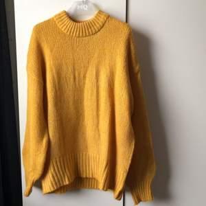 Snygg oversized gul stickad tröja från lager 157. Använd få gånger
