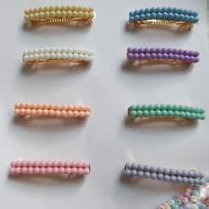 Superfina pastellfärgade hårspännen. Kommer i 8 olika färger. Jag har flera av varje färg. 40 kr inkl frakt/st❤.