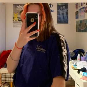 Blå t-shirt som är lite cropad. Köpt på Humana, bra skick. Skriv i chatten för frågor/fler bilder! 💙