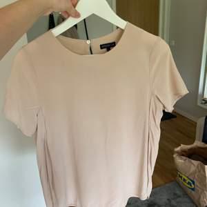 Rosa blus från STOCK HLM. Använd fåtal gånger. 150kr inklusive frakt.