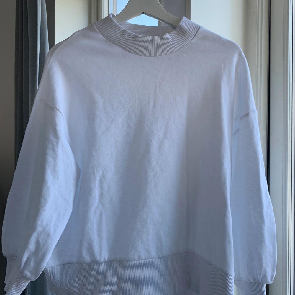 Vit tröja från Asos! Lite kortare i ärmarna. . Tröjor & Koftor.
