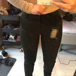 Ett par supersnygga svarta kostymbyxor från Vero Moda som fortfarande har prislappen kvar och aldrig är använda. Tyvärr är dem för långa för mig i benen därav säljer jag dem. Dem är i storlek m och längd 34. Köparen står för frakt🥰