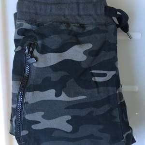 Jätte coola militär/ cargo byxor. Mörk grön/gråa. Har själv storlek XS / S och då passar de väldigt bra. Säljer bara pga de aldrig kommer till användning.