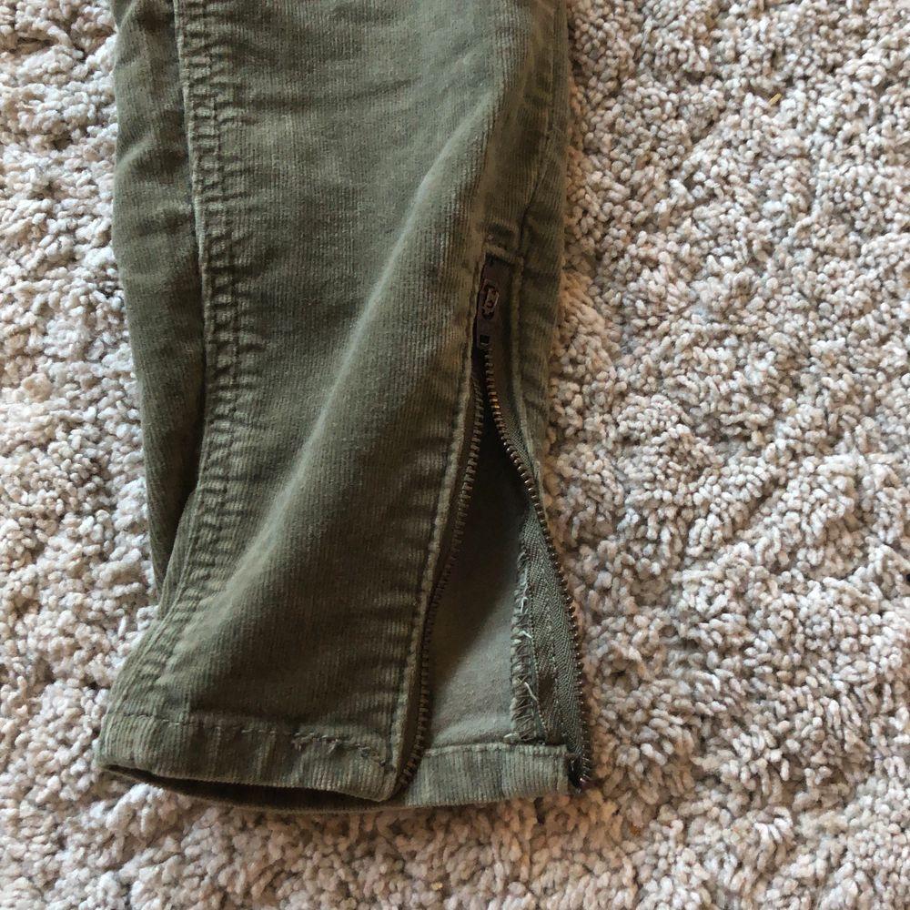 """Gröna corduroy """"jeggings"""" från Zoul. Köpt begagnat men i bra skick! Dragkedjor vid anklarna. Säljer dem då de tyvärr är för små i midjan för mig:( lite liten i storleken.. Jeans & Byxor."""