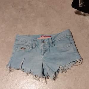 Söta 80-tals Jeans shorts med blom detalj i ena framfickan. Säljs endast till folk som bor i Umeå om inte personen har tillgång att komma hit och hämta dem.👍🏼